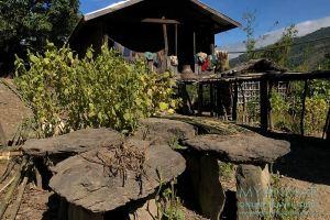 Myanmar Reisetipps | Mindat | Wohnhaus mit Steingräber im Chin-Dorf Lup Phe