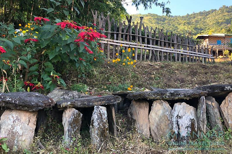 Myanmar Reisetipps | Mindat | Steingräber und Y-förmige Holzpfähle im Chin-Dorf Loute Pe