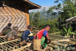 Myanmar Reisetipps | Mindat | Männer bauen eine neue Terrasse im Chin-Dorf Lup Phe