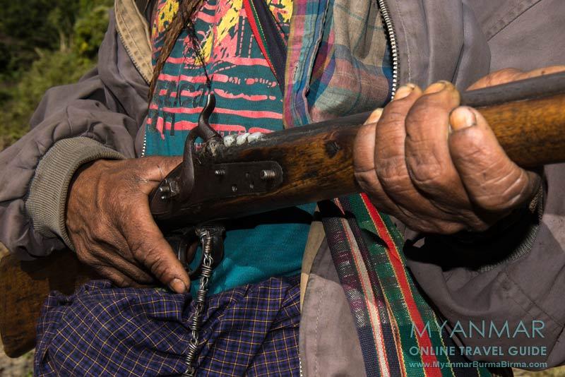 Myanmar Reisetipps | Mindat | Gewehr von einem Jäger im Dorf An Laung