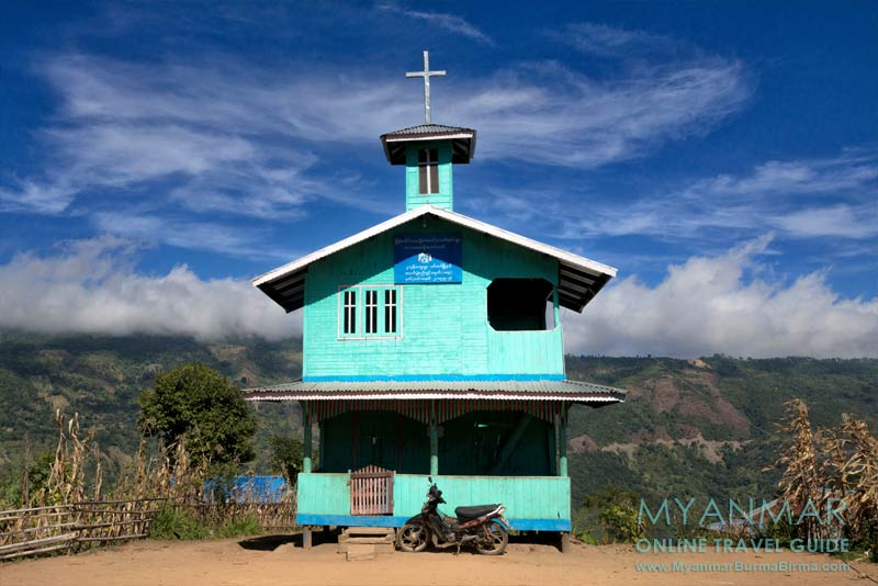 Myanmar Reisetipps | Mindat | Dorfkirche von Pukon. Gegenüber liegt Mindat in den Wolken.
