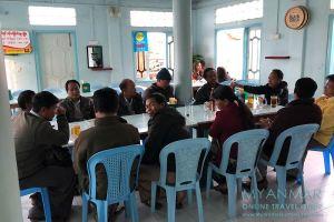 Myanmar Reisetipps | Mindat | Gäste im Myo Ma Restaurant