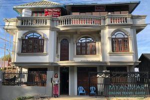 Myanmar Reisetipps | Mindat | Inhaberin Monica vor dem Se Naing Family Guest House