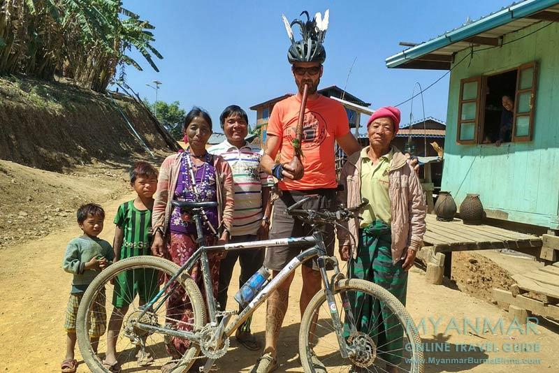 Myanmar Reisetipps | Mindat | Jochen Meissner, Gründer von Uncharted Horizons, bei einer Biketour durch den Chin-Staat