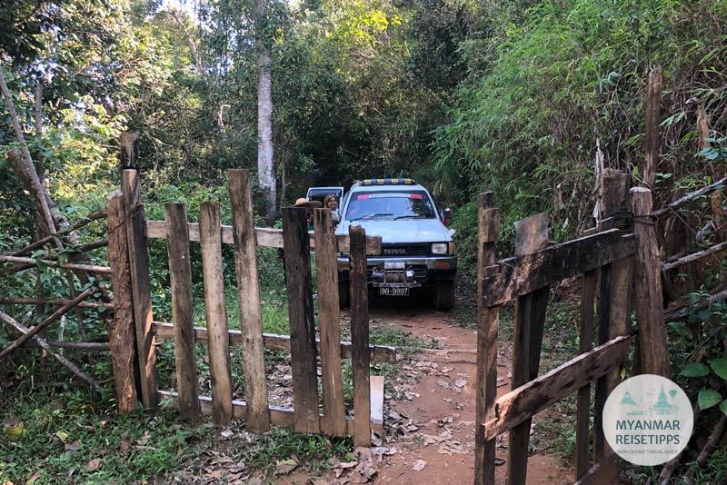 Myanmar Reisetipps | Loikaw | Holztor auf dem Weg ins Bergdorf Ran Khu