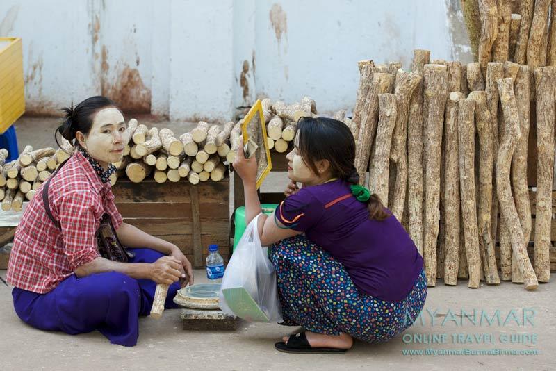 Myanmar: Thanaka-Stand vor der Shwethalyaung-Pagode in Bago
