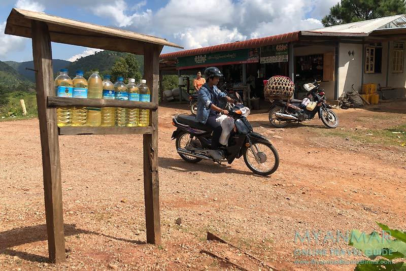 Myanmar Reisetipps | Umgebung von Kalaw | Benzinverkauf an der T-Kreuzung bei Myin Daik