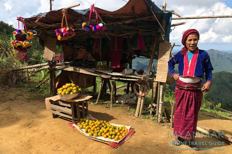 Myanmar Reisetipps | Umgebung von Kalaw | Palaung-Frau verkauft Orangen
