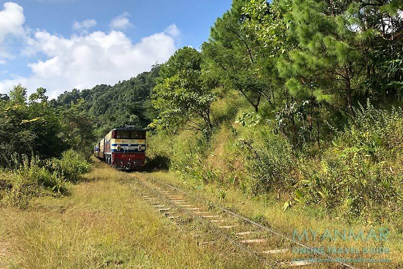 Myanmar Reisetipps | Umgebung von Kalaw | Zug vor Myin Daik