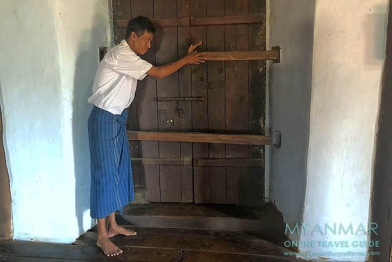 Myanmar Reisetipps | Sale | Herr Hla Hla Aung demonstriert die einbruchsichere Tür in U Pho Kyi's Haus