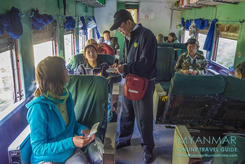 Ticketkontrolle während der Zugfahrt von Thazi nach Kalaw in Myanmar