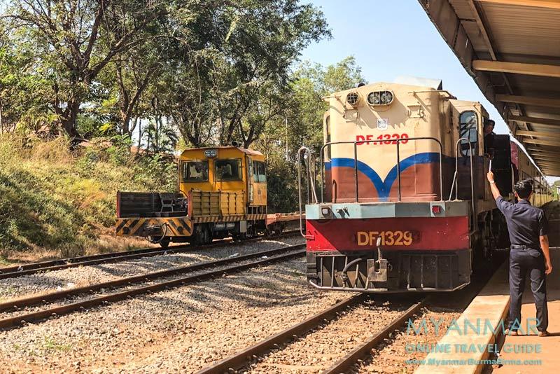 Myanmar Reisetipps | Kyaikhto | Zug nach Mawlamyaing fährt im Bahnhof Kyaikhto ein.