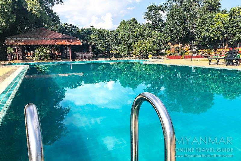 Myanmar Reisetipps | Kyaikhto | Das Hotel Golden Bliss hat einen Swimmingpool.