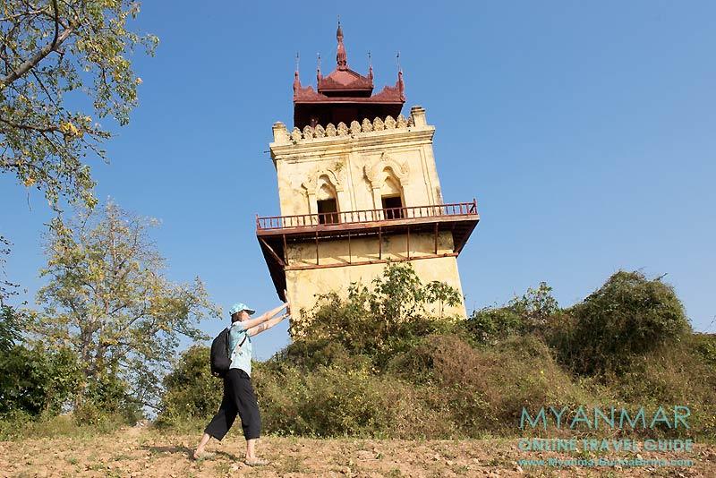 Myanmar Reisetipps | Umgebung von Mandalay | Inwa | Der schiefe Nanmyin-Turm ist der Rest der Palastanlage von König Bagyidaw.