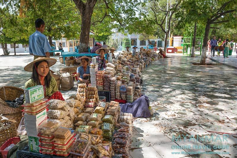 Myanmar Reisetipps | Umgebung von Mandalay | Sagaing | Verkauf von Knabbereien an der Kaunghmudaw-Pagode