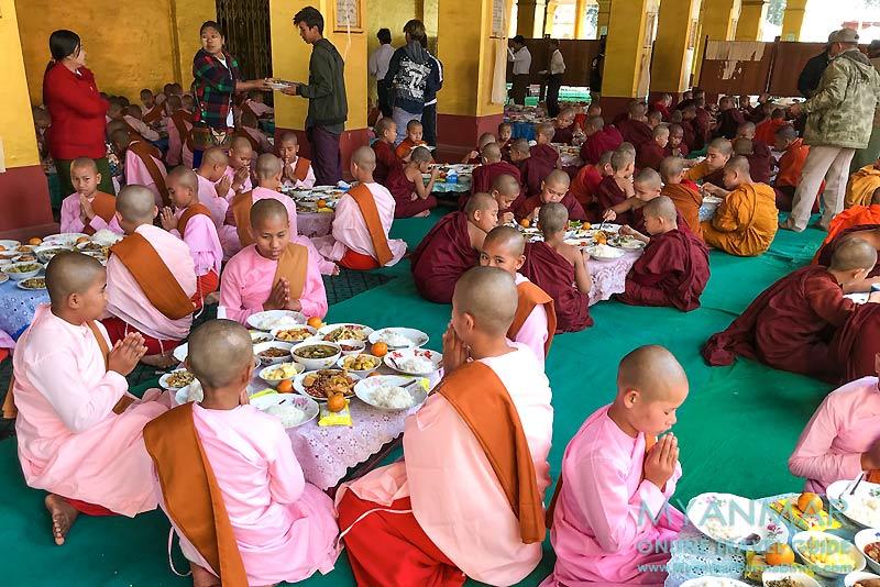 Myanmar Reisetipps | Hsipaw | Spendenaktion für Nonnen und Novizen in der Mahamyatmuni-Pagode