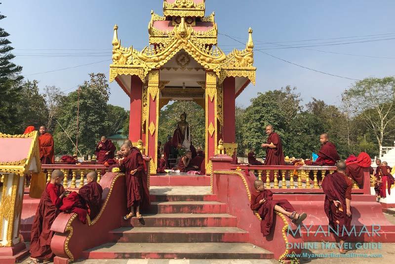 Myanmar Reisetipps | Hsipaw | Novizen genießen ihre Freizeit in der Mahamyatmuni-Pagode